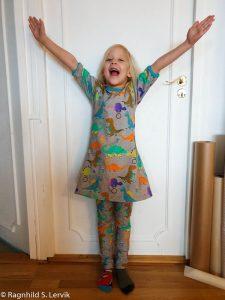 01959d408156 Jeg innså når jeg skulle redigere bildet at hun har på kjolen bak frem, så  dere får ikke se lommene. Ja, ja.