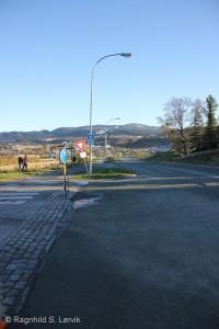 Fra vestsiden av krysset, på nordsiden av fylkesvegen.