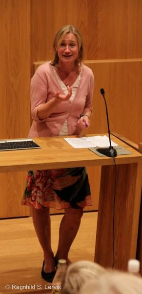 Anne Fløtaker, redaktør hos Cappelen Damm, forteller om hvordan de jobber med skjønnlitteratur